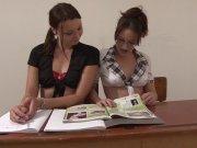 L'image de la vidéo : Deux étudiantes ...