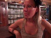 L'image de la vidéo : Une serveuse blonde ...